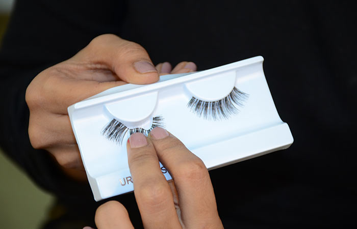 Step 1: Safely Pull Out The False Lashes From The Case