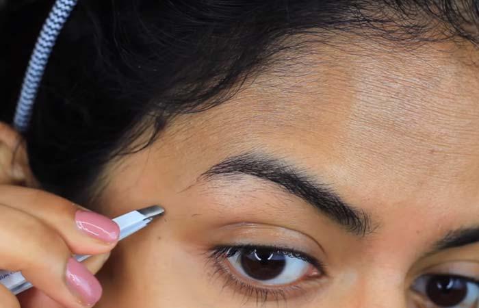 How To Tweeze Your Eyebrows - Step 2 Tweeze Under The Brows