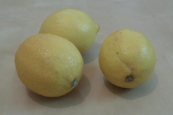 lemon juice reduces dark spots