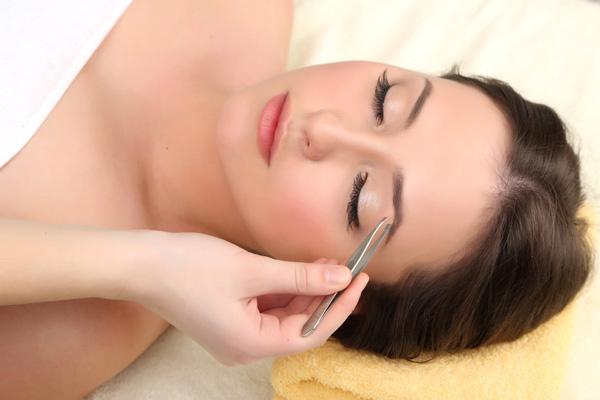 woman-tweezing-eyebrows