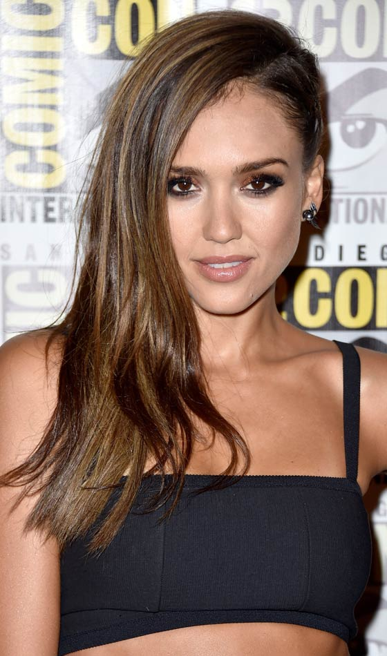 Jessica Alba's Mesmerizing Side-swept Curls