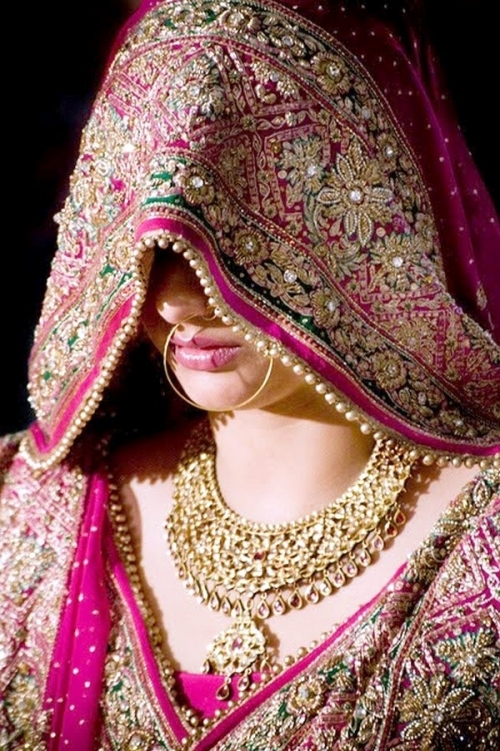 Rajasthan-Bride-in-Pallu-style-sari-and-traditional-gold-jewelry.jpg