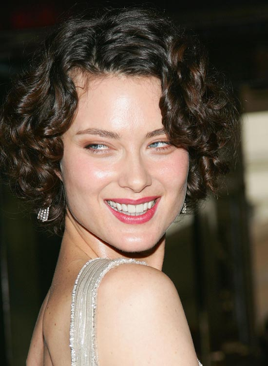 Short-Highlighted-Layered-Bob-with-Textured-Curls
