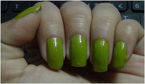 coats of green colour nail makeup