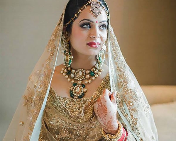 Beautiful Indian Dulhan Makeup Looks - Bridal Makeup In White And Gold Attire
