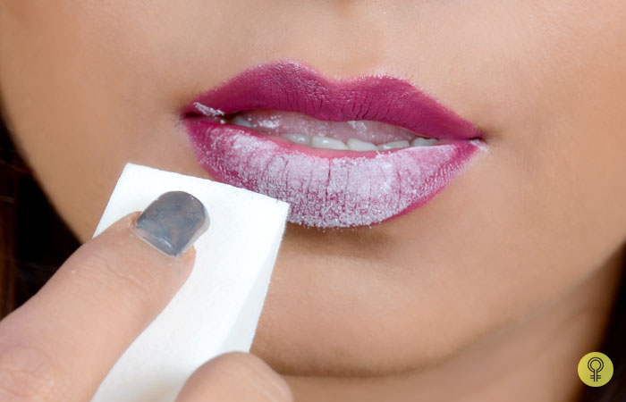 Apply Powder On Lips With Sponge