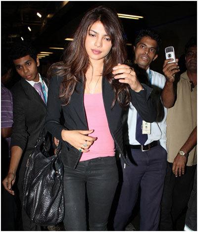 mumbai havaalanında priyanka chopra