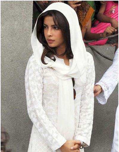 priyanka chopra beyaz elbise