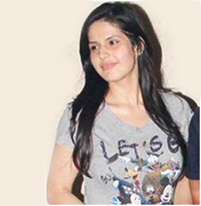 zarine khan in gray tee shirt