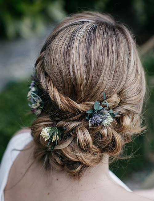 Real flowers look gorgeous on any hairstyle.