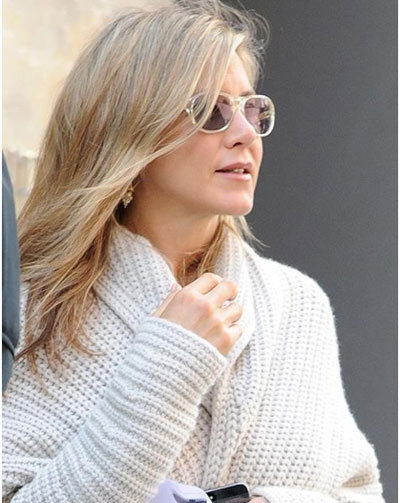 Jennifer Aniston With Little Makeup In A Woolen Coat