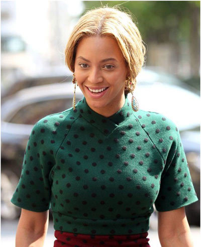 Trust Beyonce to surprise you each time with her lovely looks. We love the polka dotted number that she is sporting here with a somewhat lose bun.