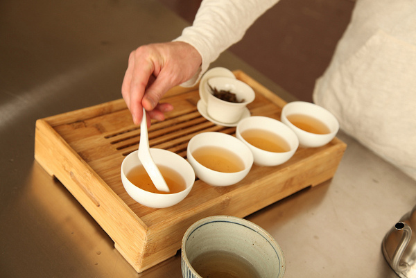 preparing oolong tea