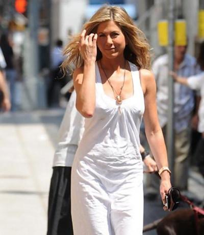 Jennifer Rocks On Sunny Day Even Without Makeup