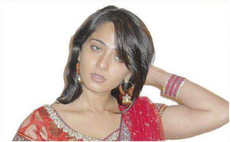 10.-Anushka-Shetty-In-Maroon-Kurta