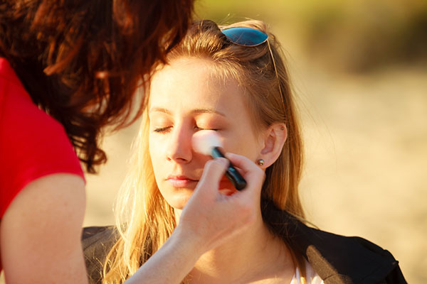 Common Makeup Mistakes And Beauty Blunders - 3. Makeup Application In The Wrong Lighting
