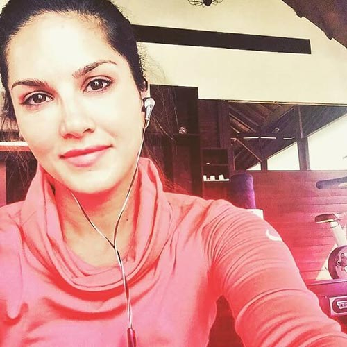 2. Sunny Leone In A Selfie - Sunny Leone No Makeup Look