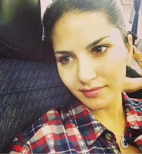 6. Sunny Leone At A Lounge - No Makeup Look