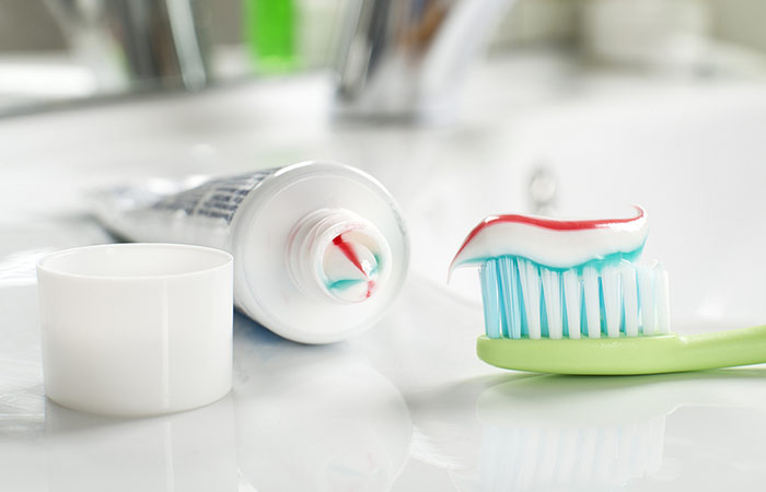 2.-Baking-Soda-And-Toothpaste