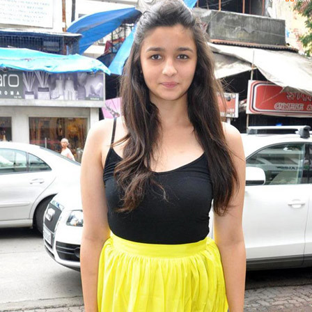 alia bhatt at painting exhibition