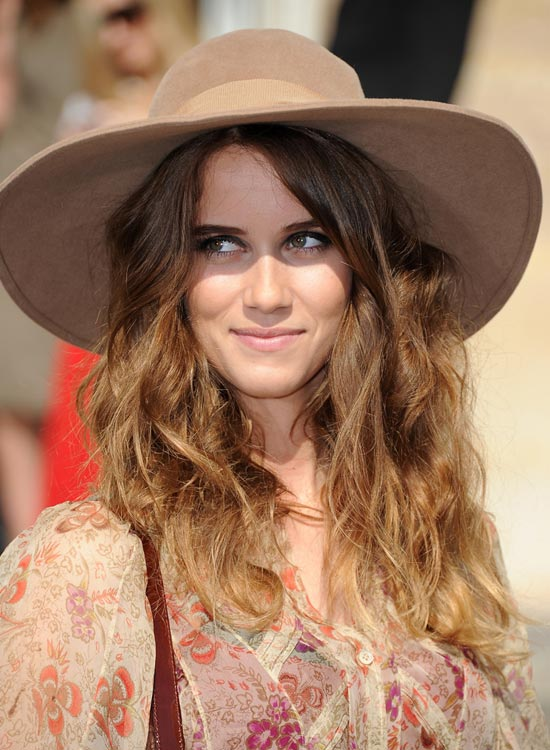 Loose-Messy-Waves-with-Hat