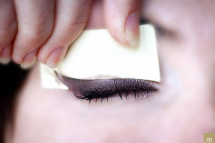 Creating Perfect Winged Eyeliner With Business Card