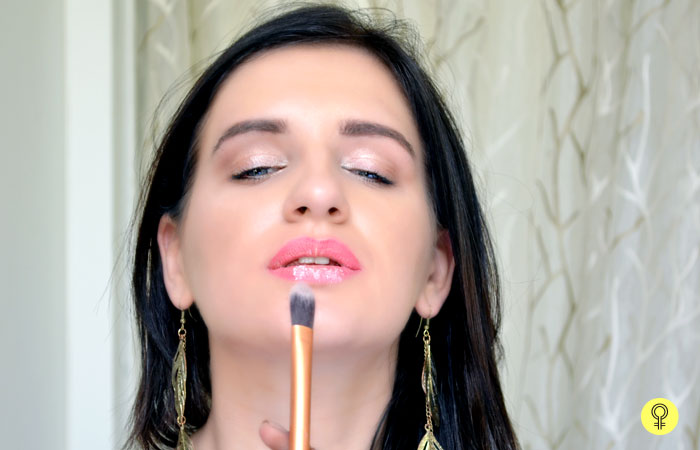 How To Keep Lipstick From Smudging? - Step 3: Blending The Powder