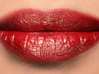 4-easy-steps-to-get-glittery-lips-tutorial.jpg5