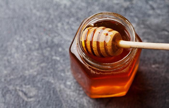 2. Decolorare i capelli con miele e aceto