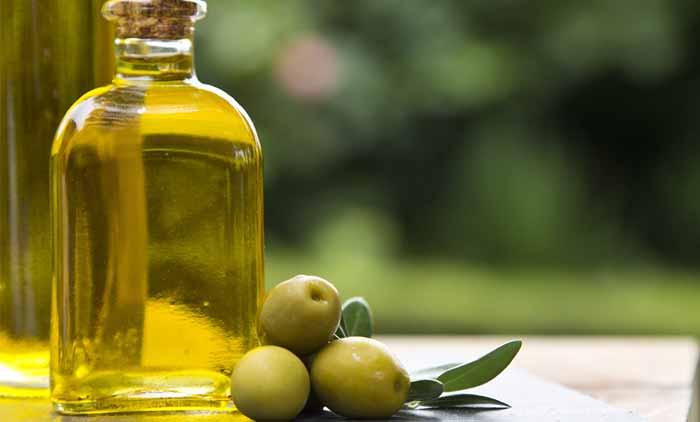 6.Coconut Oil And Olive Oil Lip Balm
