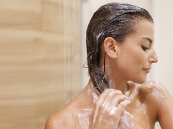 wash-hair-with-shampoo