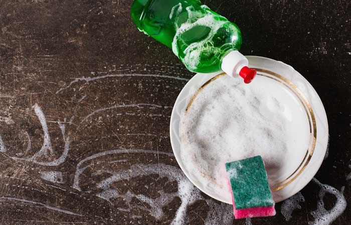 2.-Dish-Soap-And-Baking-Soda-To-Remove-Hair-Color