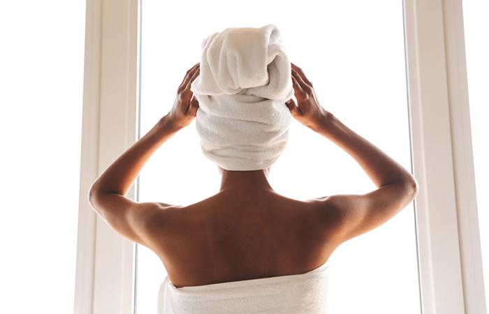 Avvolgi i capelli con un asciugamano caldo