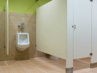 Ever-Wondered-Why-Public-Toilet-Stall-Doors-Don't-Go-All-The-Way-Down-To-The-Floor0