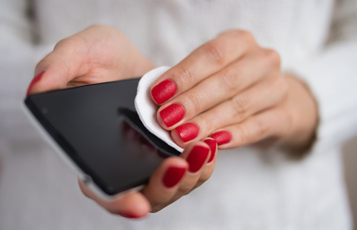 4. Clean The Screen Of Your Cell Phone Using Toothpaste.