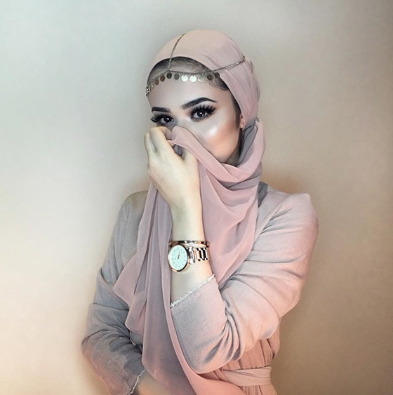 Wrapping Hijab With Accessories On It1