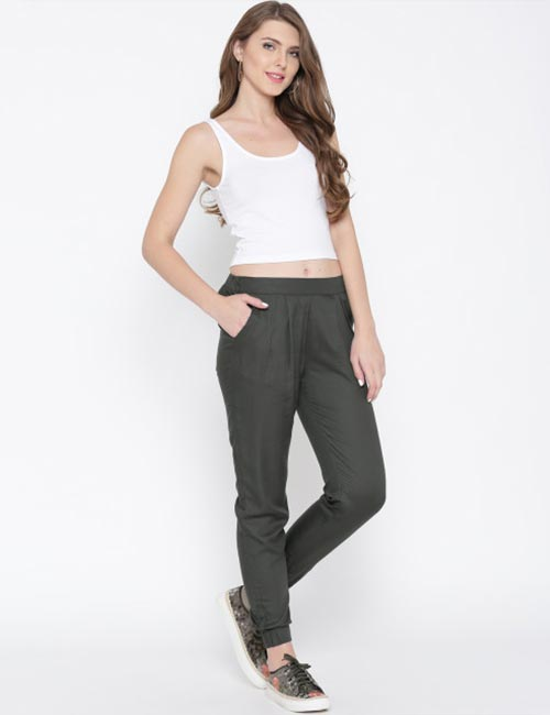 Ways To Wear Joggers - Grey Joggers With A Plain White T-Shirt