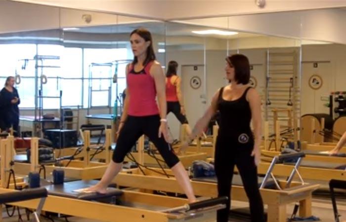 Übungen am inneren Oberschenkel - Pilates - Stehende Seitenspalten