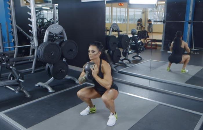 Übungen für den inneren Oberschenkel - Sumo Squat With Kettlebell