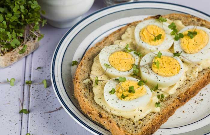 Colazione salutare - Sandwich con uova aperte e tè verde