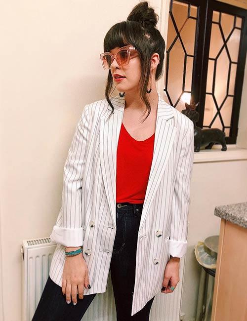 How To Wear A Blazer - Black Striped Oversize Blazer And A V-Neck T-Shirt