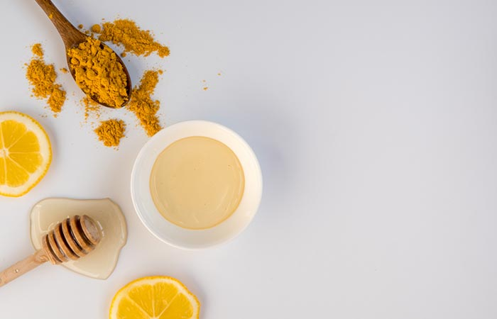 3. Turmeric And Coconut Oil Face Mask For Skin Lightening