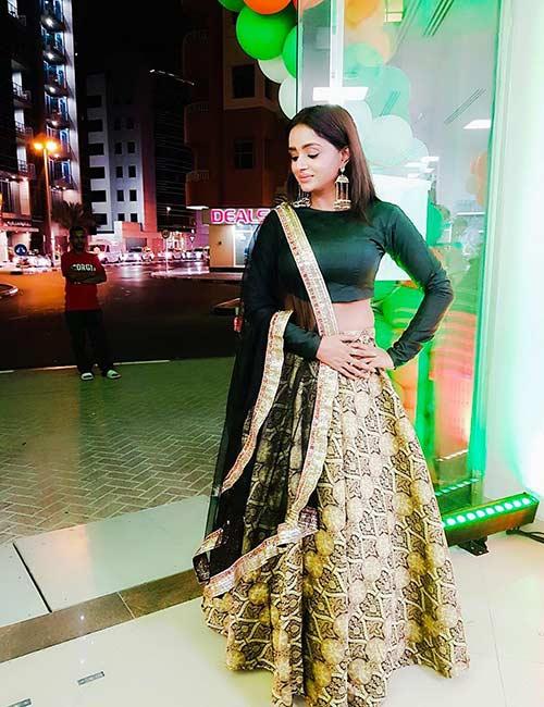 11. Full Sleeves Plain Choli With Raw Silk Skirt