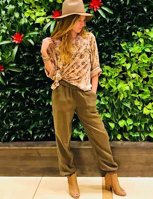 What To Wear With Olive Green Pants - Linen Joggers And Brown Boots