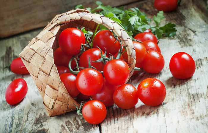 Shutterstock </p> </div> <p><em>  Serving size &#8211; 149 grams or 1 cup of cherry tomatoes </em> </p> <p>  Tomatoes in your kitchen are rich in lycopene. In fact, boiled tomatoes offer more lycopene than raw. An Iranian study talks about how tomato juice can reduce systemic inflammation (19459030) 3 </a>). </p> <h3>  2. Green vegetables </h3> <p><em>  Serving size &#8211; 60 to 90 grams or 1 cup </em> </p> <p>  These include cabbage, spinach, Swiss sheets, chocolate bok, celery and broccoli. According to the Harvard Medical School, green vegetables have a high content of natural antioxidants and polyphenols that can help fight inflammation (19459031) 4 </a>). These vegetables are also rich in flavonoids that restore cell health. In fact, some of these vegetables are filled with carotenoids &#8211; antioxidants that can reduce the risk of cancer <a href=