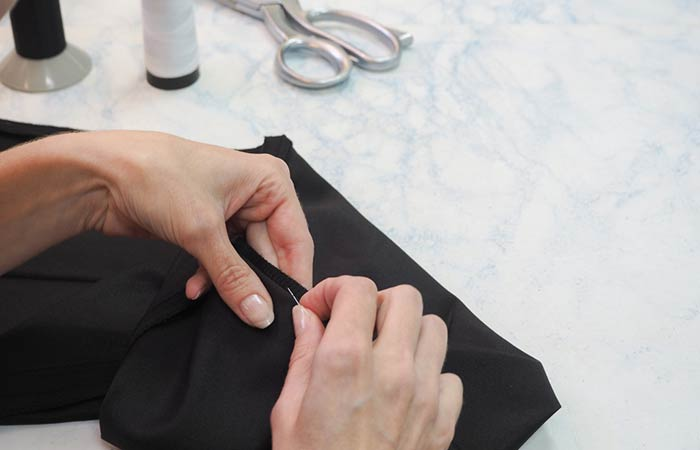 Shutterstock </p> </div> <h5>  What you need </p> </div> <h5>  Needle and thread </li> <li> </li> <li> </li> <li>  Instructions </h5> <ol> <li>  First, pull out the old tie of your pants [19659011] Do this by using an envelope or paper knife that makes it (19659010) Make sure you are delicate and remove only the suction thread and not the fabric </li> <li>  Wear the usual shoes and then drop the pants. (19659010) Stay in front of the mirror and fold the pants inward. </li> <li>  Go, walk and see what it looks like. The ends of the trousers should not be too short or look bad. (19659010) Make sure that the folds are symmetrical on both feet after making the final adjustments </li> <li>  Take a few safety pins and screw right onto the folds </li> <li>  Now you can take the pants </li> <li>  Check the length of the fold and make sure it is the same on both legs </li> <li>  Mark it with the tailor&#39;s chalk that will be an indicator of their arrangement </li> <li>  Repeat this on the other foot </li> <li>  Remove the pins and prepare to cut the extra tissue </li> <li>  Measure another 1.5 inches under the iron folding </li> <li>  Fold the pants along the line you just spotted under the ironing crease and make sure it is not too distorted </li> <li>  Fold along the smooth crease </li> <li>  Now you can sew the corners with a needle, leaving a half-inch gap </li> <li>  Follow the same procedure for the second lev </li> <li>  Try the pants and look for some anomalies </li> </ol> <h3>  2. How to make a pants with a sewing machine </h3> <div id=