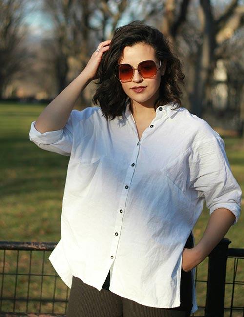 Camisa branca de botões grandes com jeans