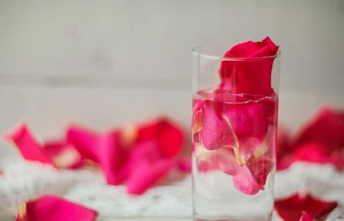 पिंपल हटाने के लिए गुलाब जल (Rose water)