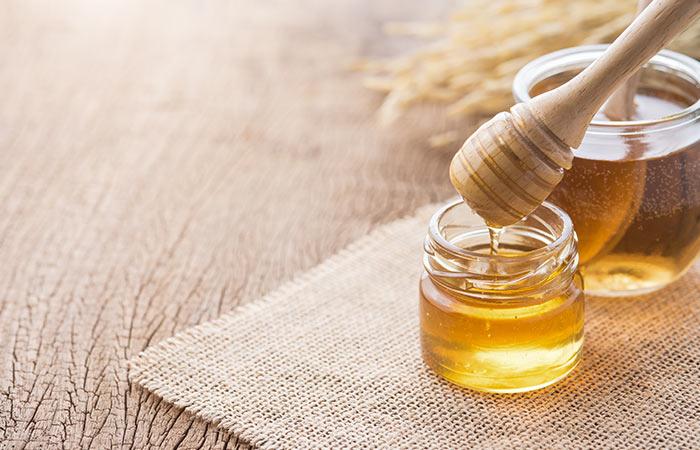 काले धब्बे हटाने के लिए शहद (Honey)