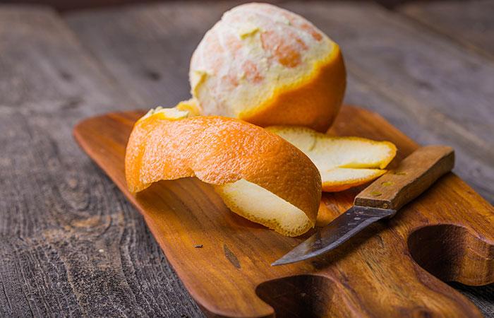 काले धब्बे हटाने के लिए संतरे का छिलका (Orange peel)